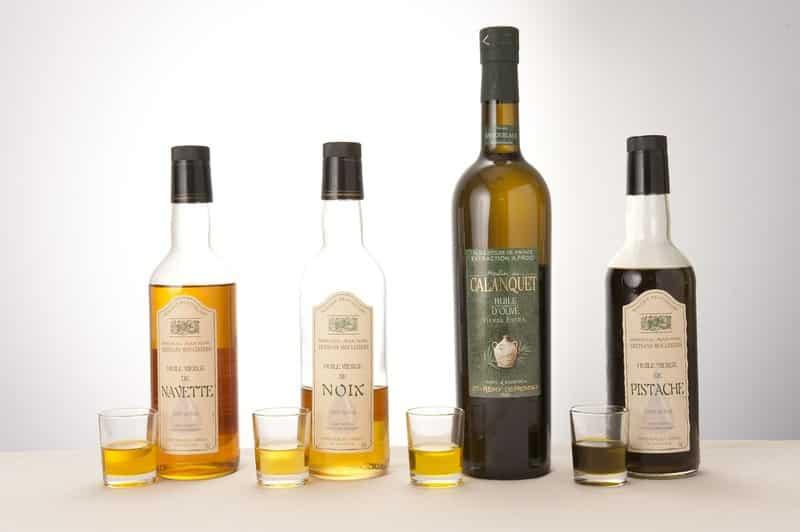 Četiri boce s različitim uljima