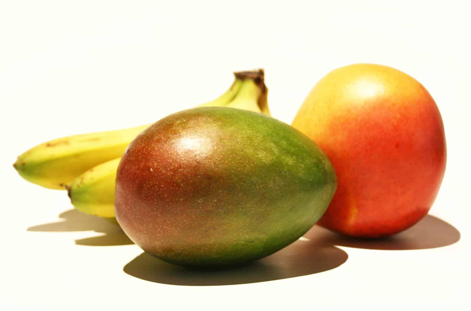 Mango i banana na bijeloj pozadini. Mango posebno obiluje mircenom.