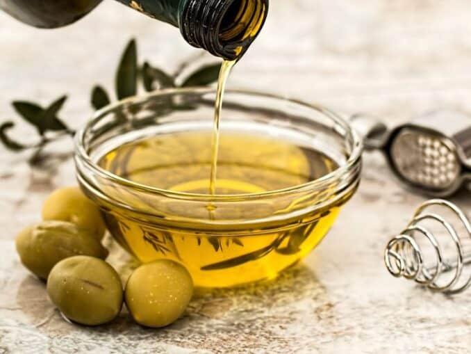 Posuda s maslinovim uljem