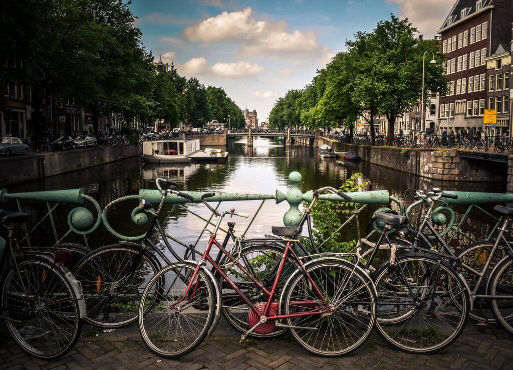 Kanal u amsterdamu i bicikli