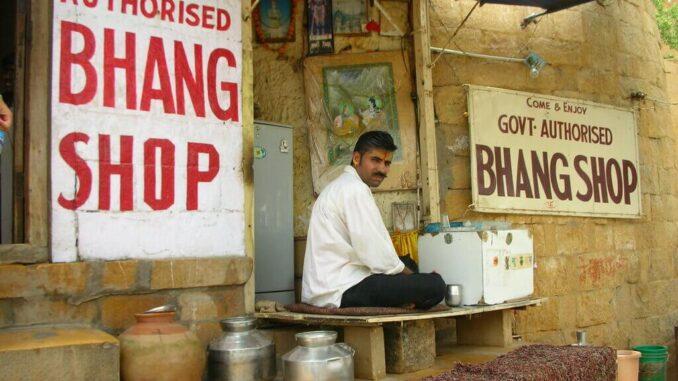 Prodavaonica Bhanga u indiji, prodavač sjedi ispred.