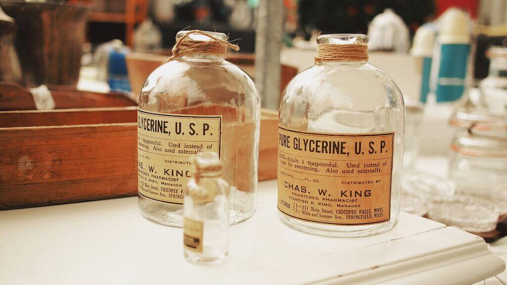 Staklenke s glicerinom u starinskoj apoteci, koji čini jednu od baza CBD e-tekućina za vaporizatore i e-cigarete.