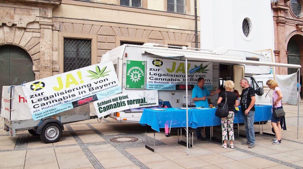 Prosvjedni štand za legalizaciju kanabisa u Minhenu, Njemačkaž.